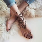 Decoration of toe and bone in henna color - Moey.